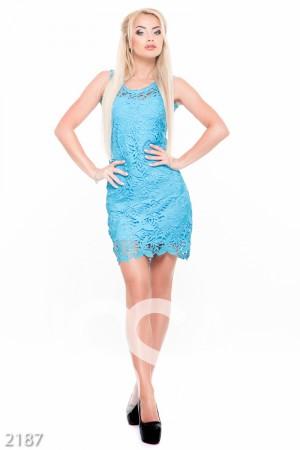 Короткое коктейльное платье голубого цвета с ажурным гипюром на тонком подкладе